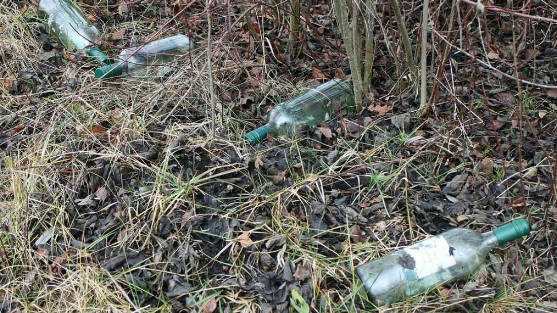 Müll am Angelplatz - Leere Maisdosen, Flaschen usw.